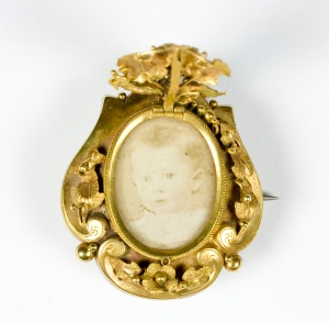 Locket, 1800s. Gift of Miss A Riley, 1963. CC BY-NC-ND licence. Te Papa (GH002260)